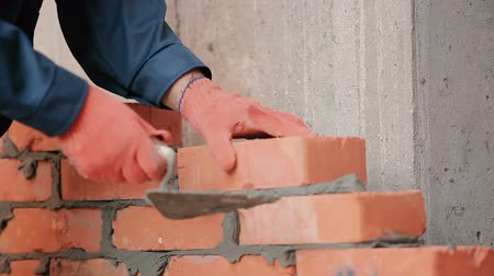 müteahhit : Close-up: the builder working with bricks Stok Video