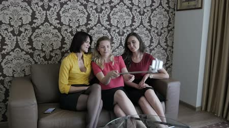 lefekvés : Women sit on the couch and make selfie. Stock mozgókép