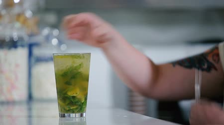 cytryna : The bartender adds a slice of lime in a cocktail. Wideo
