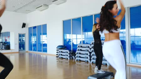 aeróbica : Young sporty women training the step aerobics in the gym