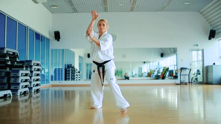 каратэ : Young woman training the karate tricks in the gym