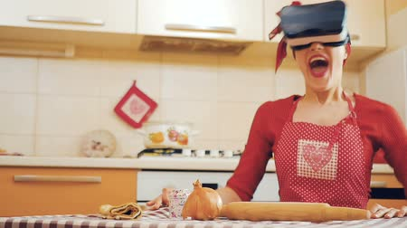parecer : Pin-up girl in virtual reality glasses scared and drops things off the table