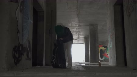 csavargó : Homeless pick up things in abandoned building