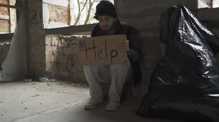 csavargó : Frozen hungry homeless with cardboard help