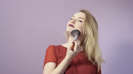 kartáč : Charming blonde with makeup brush