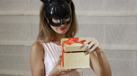 kulaklar : Girl in black mask open a gift box