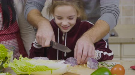 cebula : Father shows a little daughter how to cut onion Wideo