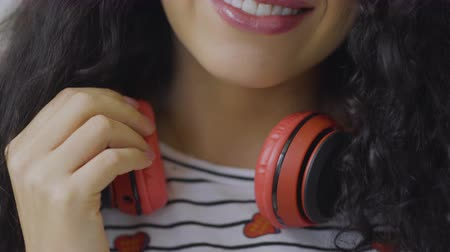 remover : Brunette with headphones Vídeos