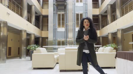novinář : Beautiful woman with red lips talks to camera standing in the hotel