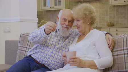 deslocalização : Happy old couple with keys from a new house