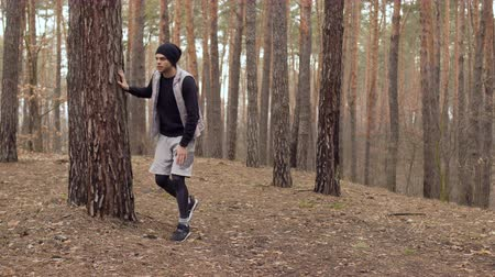 painéis : Young man has a knee pain during running in the forest