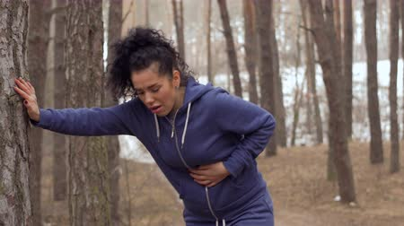 gyomor : Young woman has a pain in her stomach during morning jogging
