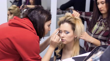greasepaint : Professional make-up artist and hairdresser prepares actress to the stage
