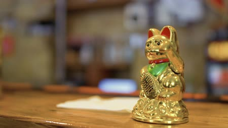 soška : Waving maneki neko on bar counter in Korean restaurant Dostupné videozáznamy