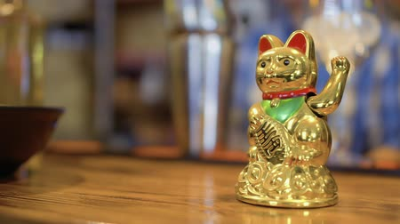 soška : Golden lucky maneki neko on bar counter in Korean restaurant