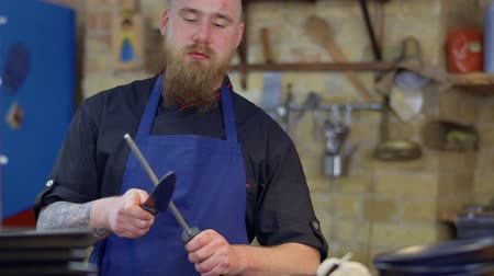 apontador : Muscular tattooed chef with sharp knife in Korean restaurant