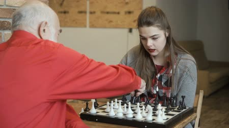 епископ : Grandpa teaches granddaughter to play chess