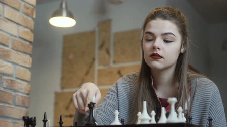 piskopos : Young girl recognizes her defeat in chess game Stok Video