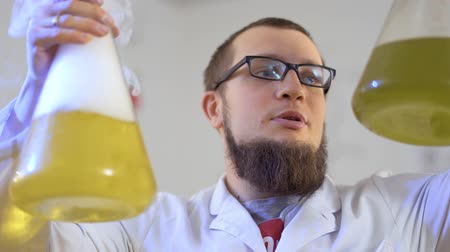 kaynatmak : Scientist with two flasks in laboratory Stok Video