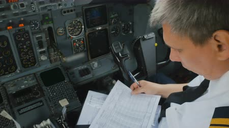 hız göstergesi : Captain of airplane checks documents before flight Stok Video