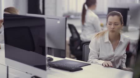 financiamento : Attractive caucasian woman works on computer in the office Vídeos