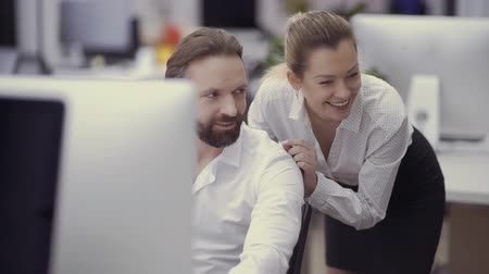 financiamento : Two businesspeople are laughing from the joke of colleague