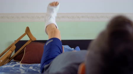 kule : Boy with broken leg relax on bed at home