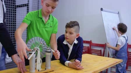 accumulating : Boys and teacher explores wimshurst machine