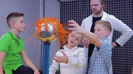electron : Little boys explores van de graaff generator in scientific museum Stock Footage
