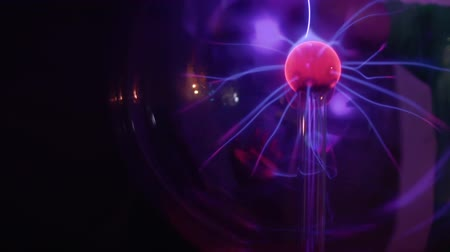 разряд : Boy touches to plasma globe