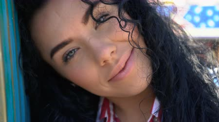 descontraído : Beautiful smiling curly brunette with green eyes