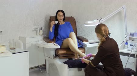trimmelés : Beautician makes feet massage for young woman in beauty shop