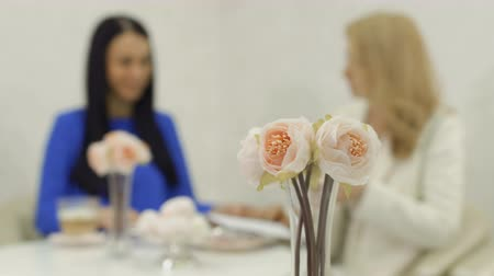 piwonie : Bouquet of peonies at blurred business meeting background Wideo