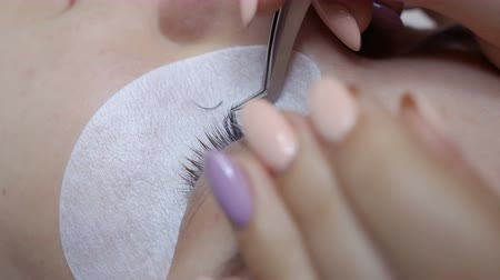 yumuşaklık : Beautician makes eyelash extension