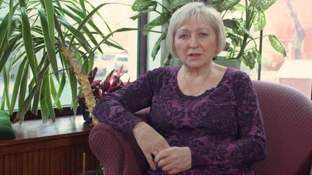 işsiz : Mature woman give an interview