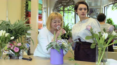 dizer : Two florists make flower composition in flower shop Stock Footage
