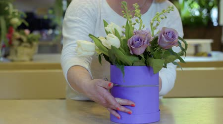 букет : Florist demonstrate comple flower composition in the box Стоковые видеозаписи