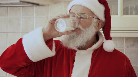 őszibarack : Santa drink milk at the kitchen