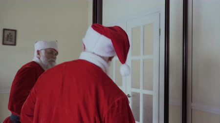 traje de passeio : Santa Claus wear his red hat, open the door and walk out