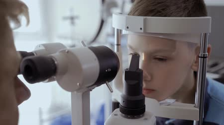 optyk : Examining eyesight with optical equipment Wideo