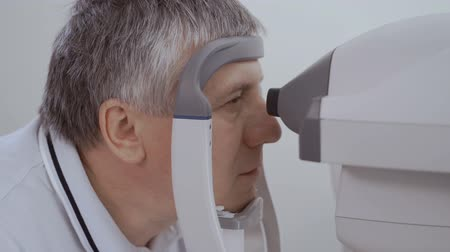 optyk : Man check his eyesight with modern optical equipment Wideo