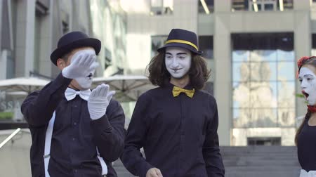 театральный : Two handsome mimes try to fall in love in himself a pretty girl
