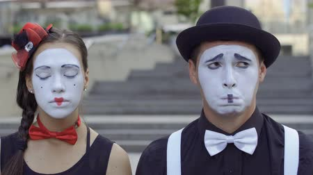 театральный : Man and woman mime play their facial expressions Стоковые видеозаписи