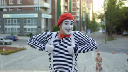 greasepaint : Street mime in red beret show thumbs up to camera Stock Footage