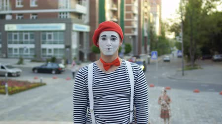 gesticulando : Funny mime has fun at fountain background