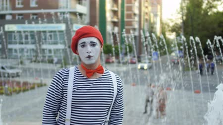 gesticulando : Funny mime wearing red beret and stripped shirt has fun on camera Vídeos