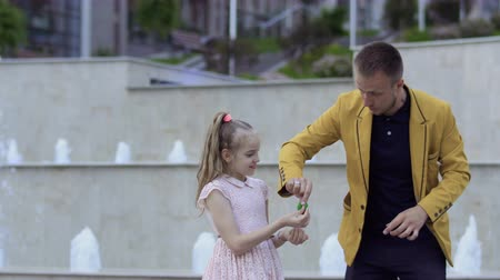 büyücü : Magician show focus to a little girl Stok Video