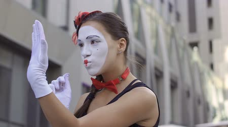 театральный : Woman mime paint her lips in front of invisible mirror Стоковые видеозаписи