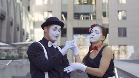dávat : Young girl mime throw away the flower from her boyfriend Dostupné videozáznamy