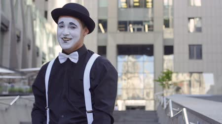 театральный : Man mime in hat gesticulate his hands in front of camera